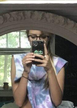 Guapa rubia jovencita con lentes desnuda en su habitación 22