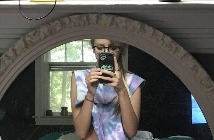 Guapa rubia jovencita con lentes desnuda en su habitación 1