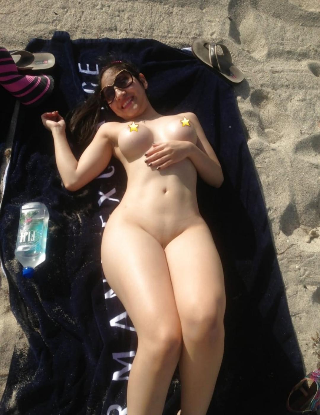 Hermosa blanquita se desnuda en la playa.! Full Nudes 1
