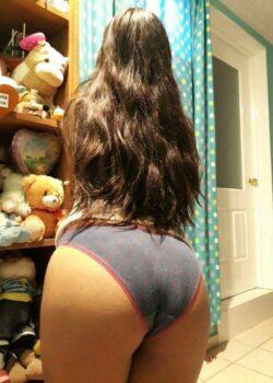 Preciosa jovencita de ricas nalgas enseña sus partes intimas en minipack caliente. 18