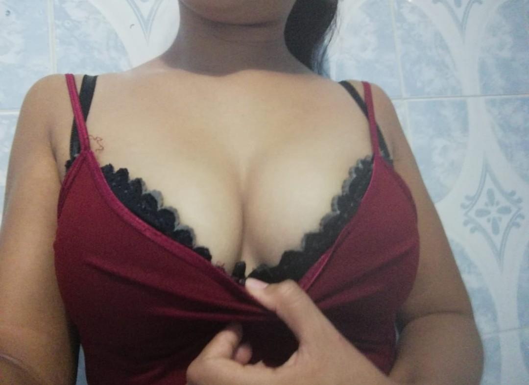 Morena cachonda se graba masturbándose fotos + vídeos 14