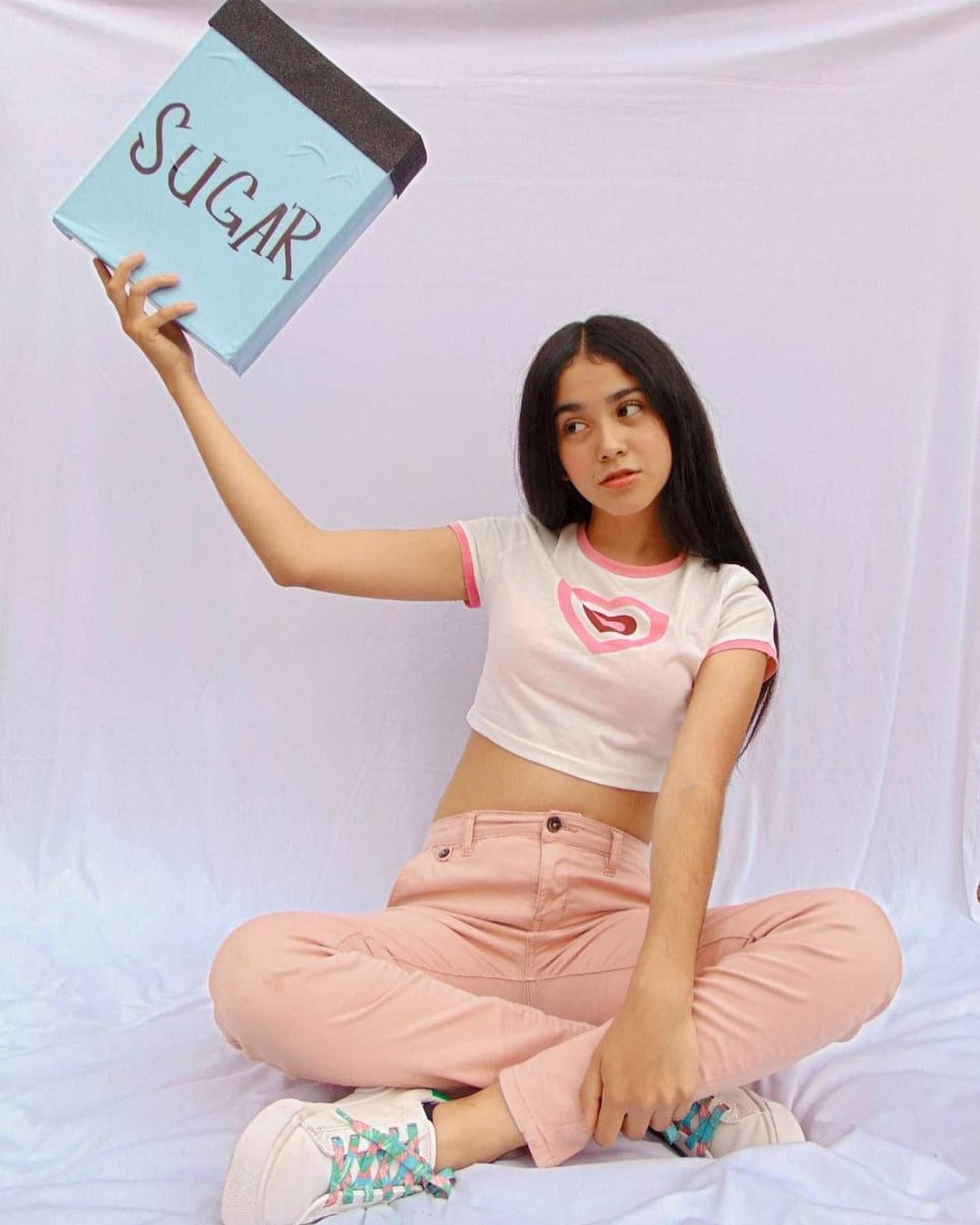 Colegiala Fernanda expone su pack de fotos con Video intimo xxx. 3