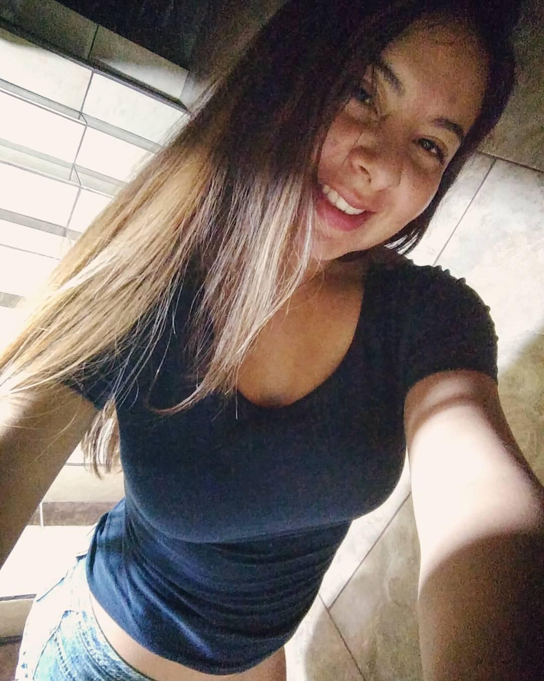 Jenny Love Adolescente Amateur Enseñando las Tetas [+NUDES] 1