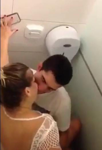 Video cogiendo en el baño de un bar.! 1
