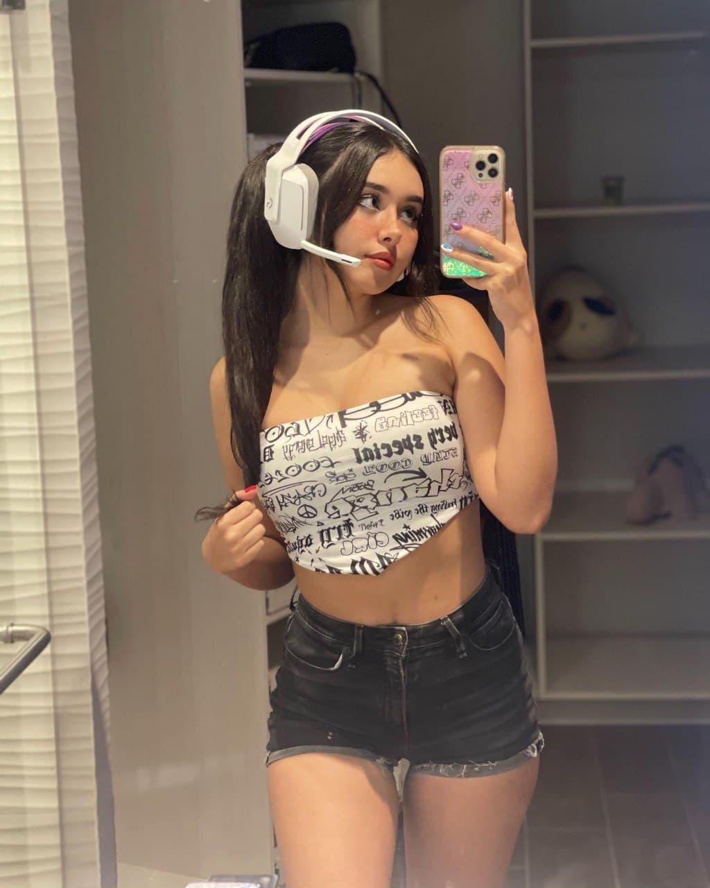 Gamer rica Mostrandose desnuda + Videos 15