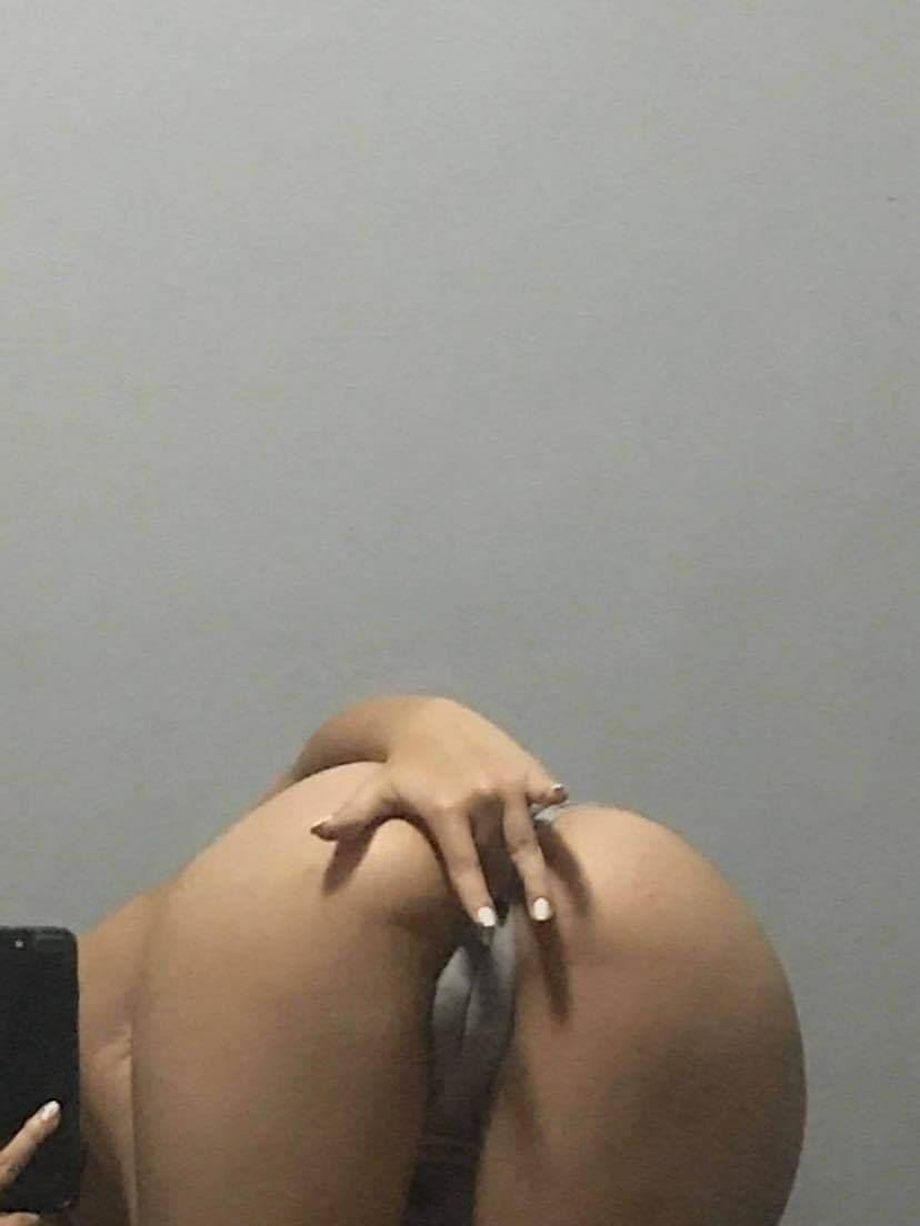 Hermosa Morra masturbandose con su Almohada y metiendose los dedos en su puchita mojadita + Videos 17