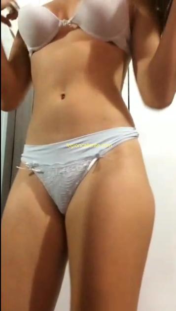 Divina chica se desnuda completita y muestra toda su ricura.! 1